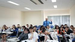 Có hai cách chính để giúp bạn trở thành phiên dịch viên ngành phiên dịch Tiếng Anh thương mại